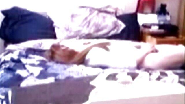 MILF sexy de tetas medianas montando un consolador porno hentai sub en español en la webcam