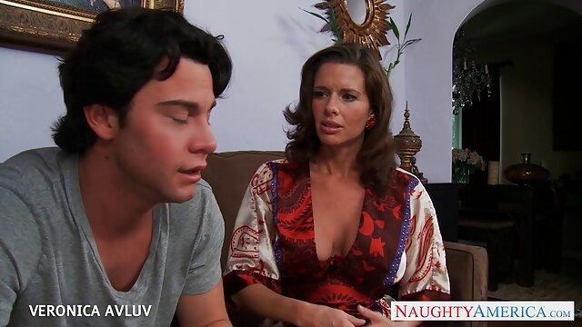 La colegiala japonesa Arisu video porno en sub español Hayase está tentando a un chico