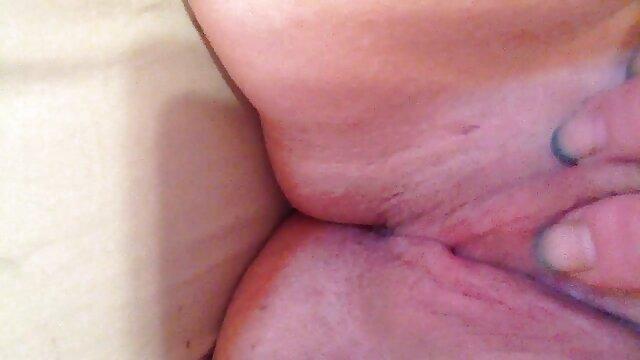Rubia tetona hentai sub español afeitando el coño peludo